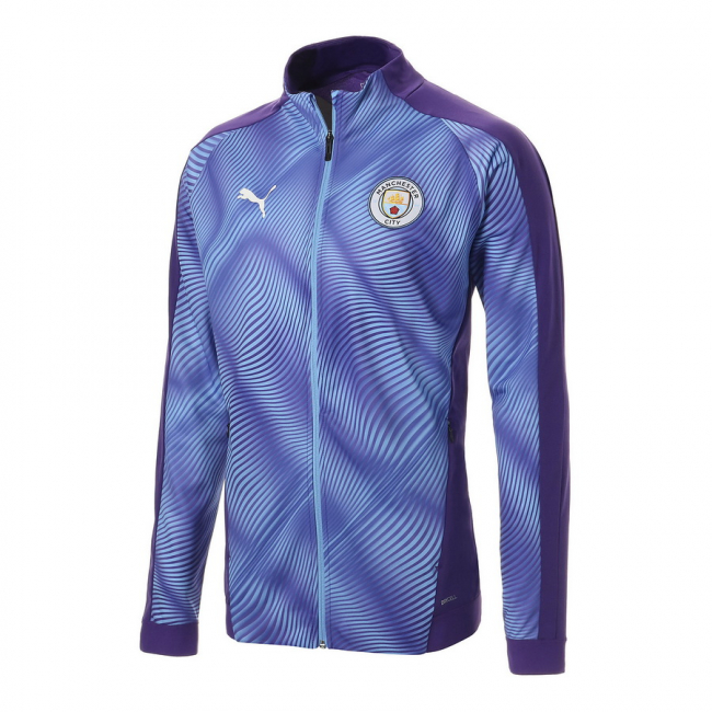 Manchester City MCFC Stadium League W men jacket, Colour: dark blue, Material: polyester, Archive No. 1 Logo rubber print on the chest Water repellant clever fabric not only protects you from winds but keeps you comfortable in wet conditions too Detachable hood with faux fur Chest welt pockets with hidden zipper Flap patch pockets with hidden snap for storage solutions Elasticated drawcords at hood with plastic cord stopper 2-way full zip closure Branded zipper puller Velcro adjustment at sleeve cuff Elastic drawcords at waistband Curved back tail Regular fit